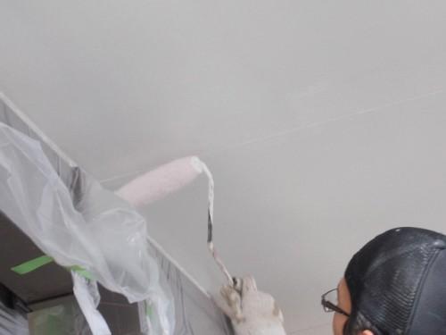 軒天の下塗り塗装の様子