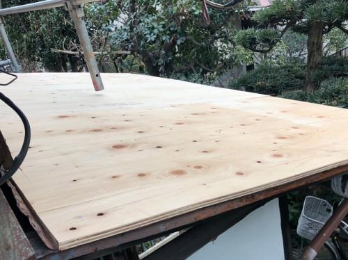 下屋根に新たに板金を巻くので下地作り