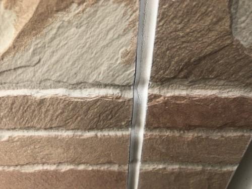 コーキングが外壁から剥がれています