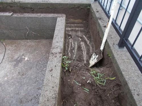 L型の花壇の土の量は相当なものです