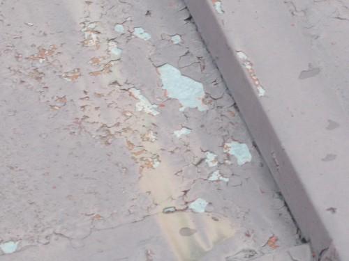塗膜の浮きと剥離、錆も出ているトタン屋根