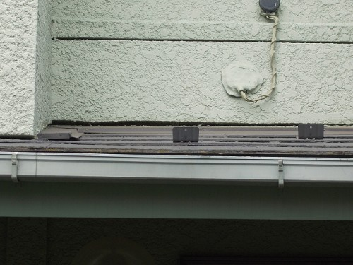 室内の雨漏れの原因と考える下屋根