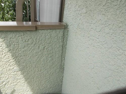 壁との取り合い部分がひび割れている