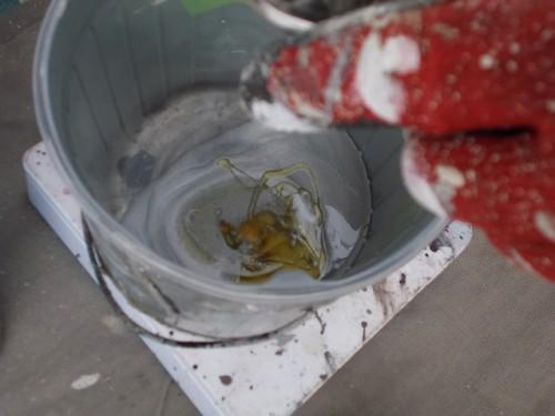 硬化剤とシープラを混ぜていきます