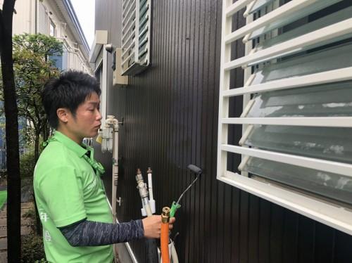 給湯器の跡を外壁上塗りしている様子