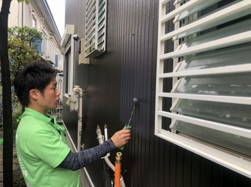 塗装を行う喜多建設の社員、滝田さん