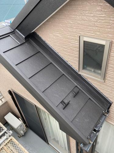 下屋根には雨押さえ板金があります