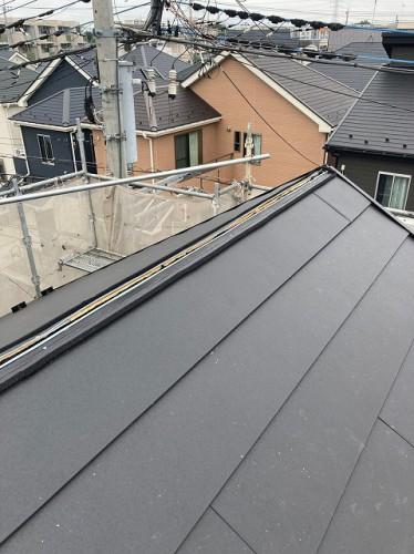 葺いている途中の屋根