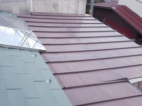 太陽光の下はガルバリウムが葺いてある屋根