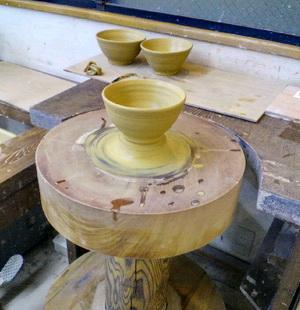 飯茶碗を蹴ロクロで作りました。登り窯で焼く予定です。