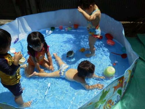 みんな大好き プールで水遊び