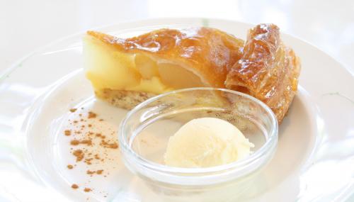 温かいアップルパイと冷たいバニラアイス