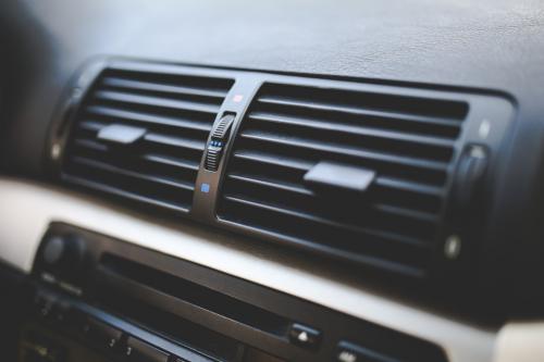 車のエアコンが効かない、冷たくならない!原因と対処法