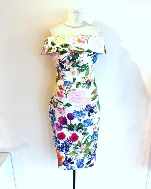 ボタニカルプリントのオフショルダードレス
