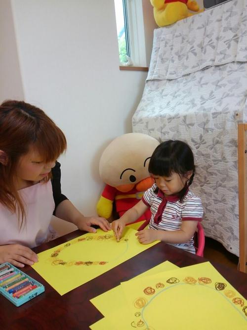 ファミリー託児所☆6月の製作、クレパス絵の具色紙ワクワク!