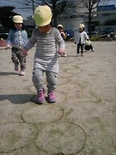 公園内を元気に走り回る子どもたち、ケンケンパーに挑戦!
