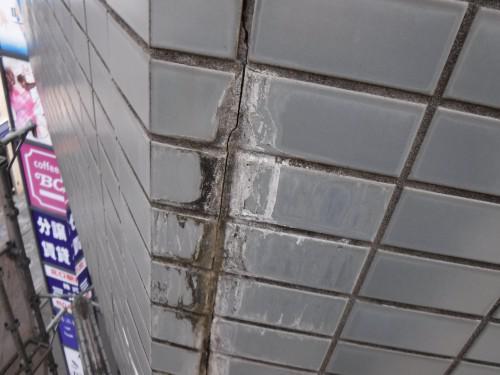 外壁タイルの浮きと雨漏りの関係