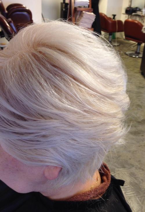 カラーリングして綺麗な髪色に