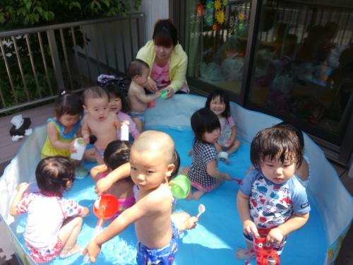 プール開き、一時預かりの子もニコニコ!