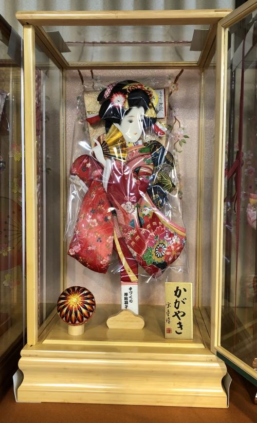 竹製のケースに入った可愛い羽子板飾り