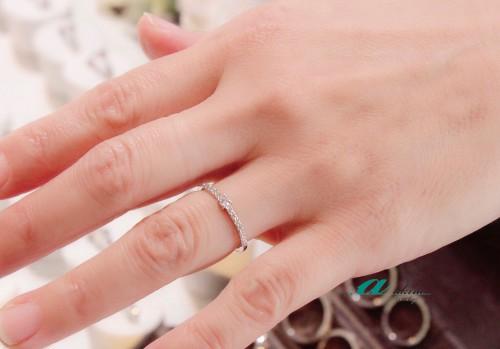 細めのダイヤモンドリングでもキラキラと輝きます