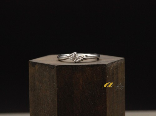 海外に住む婚約者に婚約指輪を持ってプロポーズ