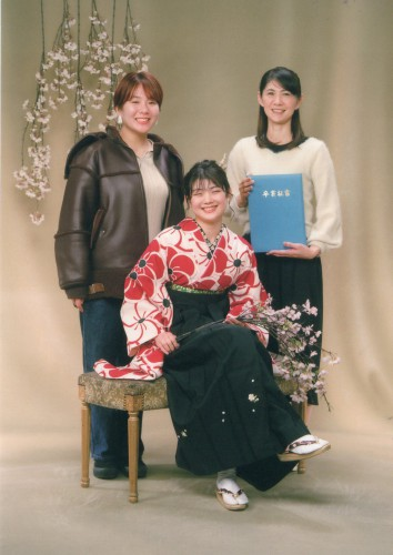 卒業写真:友達とも母とも撮れて良かった!私も頑張って働こうと