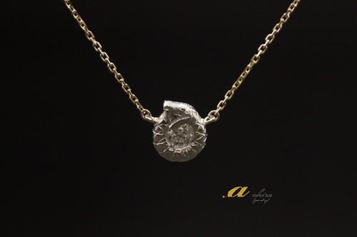 永遠、不滅、象徴等の意味を持つウロボロスのペンダント