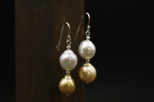 南洋真珠のピアスを二つに分けました