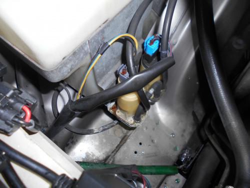 ボルボ240フロントウッシャーモーター漏れ不調で簡単に取替