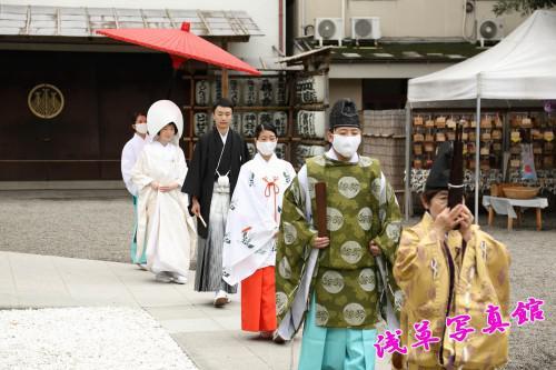 厳かに挙げる神前結婚式 浅草神社